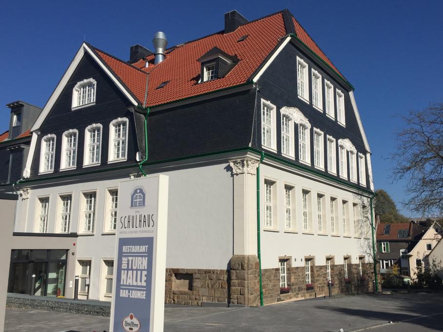 Das Schulhaus Hotel und die Turnhalle