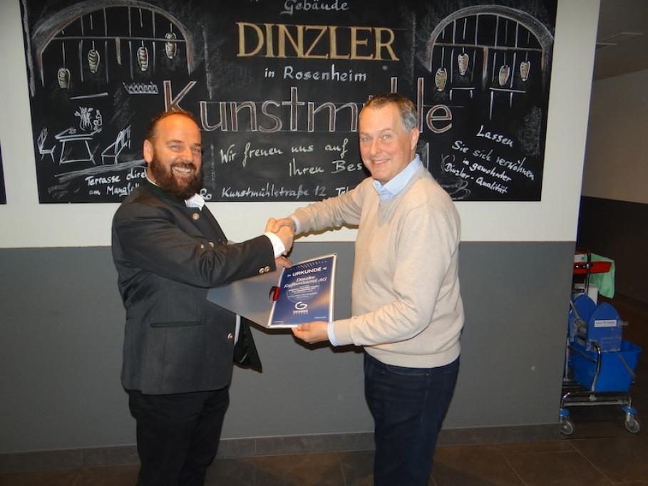 Johann Grander (li) überreicht Thomas Steinke, Vorstandsmitglied der Dinzler Kaffeerösterei AG (re) die Urkunde
