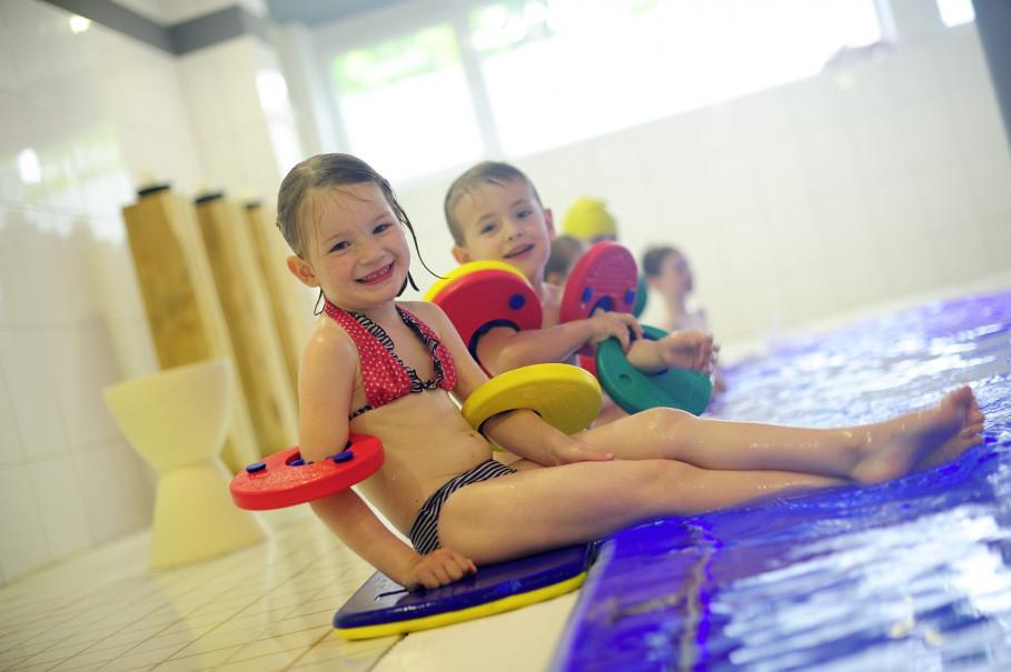 Les cours de natation à aqua vitalis amusent beaucoup les enfants.