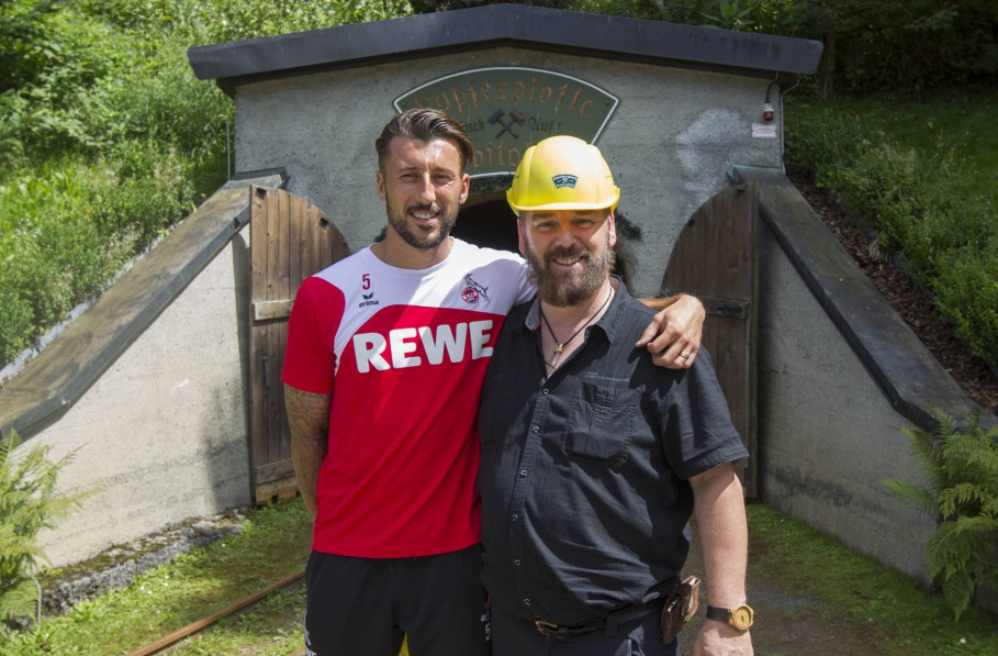 Dominc Maroh - 1. FC Köln mit Johann Grander vor dem Stollen der Kupferplatte