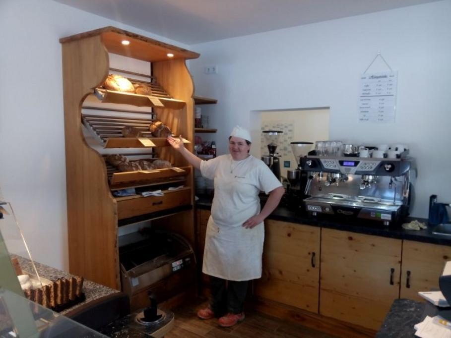 Christine Lang in ihrer GRANDER® belebten Bäckerei & Konditorei